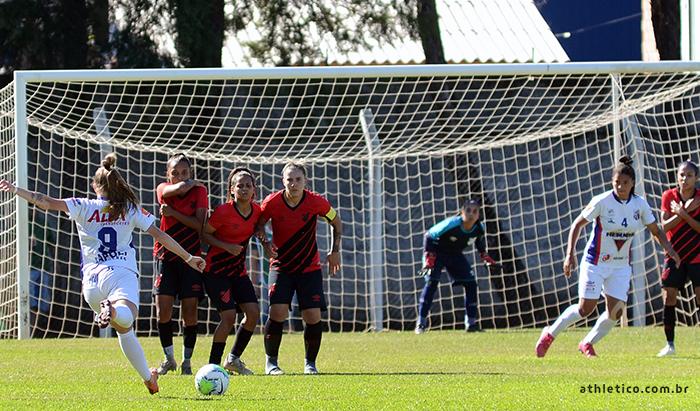 Futebol: Athletico é goleado em Santa Catarina
