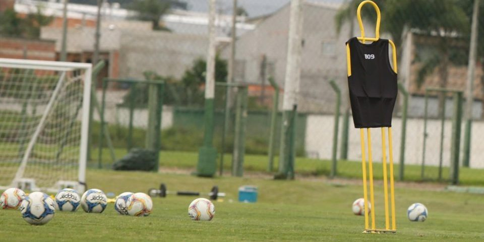 Futebol: Coritiba anuncia demissões e corte salarial