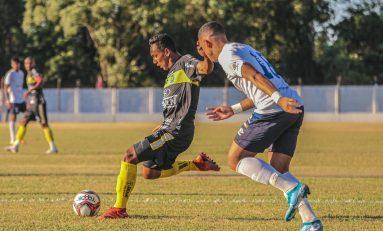 Carlinhos celebra primeiro gol como profissional